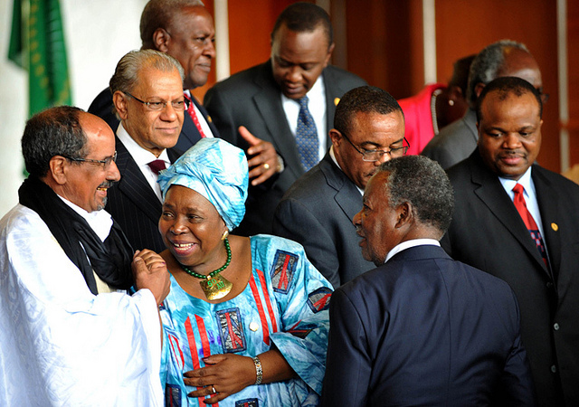 Outgoing AUC chair, Nkosazana Dlamini-Zuma, mingles with AU heads of state in 2013. Credit: GCIS.