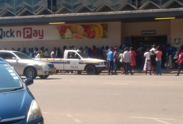 Zimbabwe economic crisis: Long queues outside a supermarket in Harare. Credit: Elia Ntali.