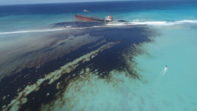 The MV Wakashio leaking oil off the southeastern coast of Mauritius. Credit: Greenpeace Africa.
